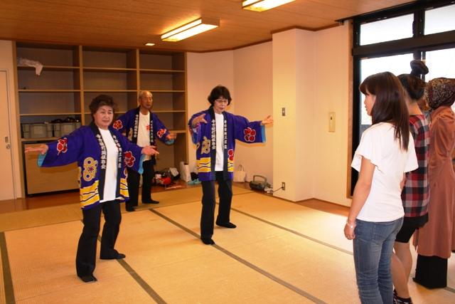 大阪国際大学守口キャンパスで留学生が郷土芸能「寺方提灯踊り」に挑戦