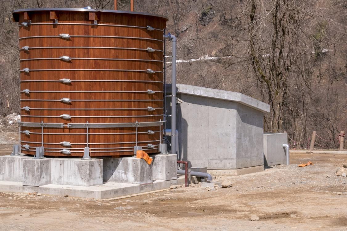 耐震に関する産学共同研究の成果を取り入れ、実証実験を開始。金沢工業大学白山麓キャンパス「比咩の湯」に、白山地区産の杉を使用した木製源泉槽を実装。森林資源の活用による地方創生にも期待。