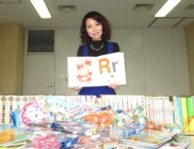 大阪国際大学の留学生らが、地域住民の協力で中国山間部の小学校へ図書や文房具をプレゼント