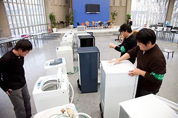 日本工業大学の学生環境推進委員会が、卒業生から新入生へ生活用品等を無料で譲渡する「リサイクルショップ」を実施