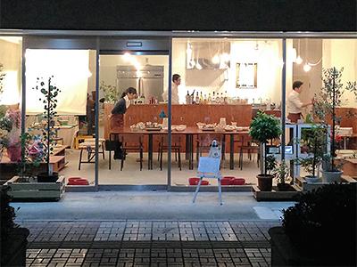 日本工業大学の学生が店内のデザインやイス、テーブルの制作を手掛けた「エコカフェ」がオープン