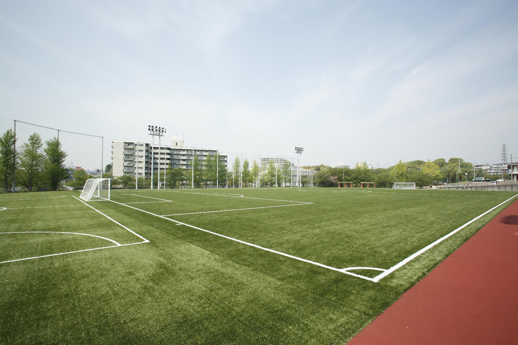 サッカー場人工芝敷設工事完成を記念し、<br />元日本代表・木村和司氏らを招いて「オープニングゲーム・サッカークリニック」開催