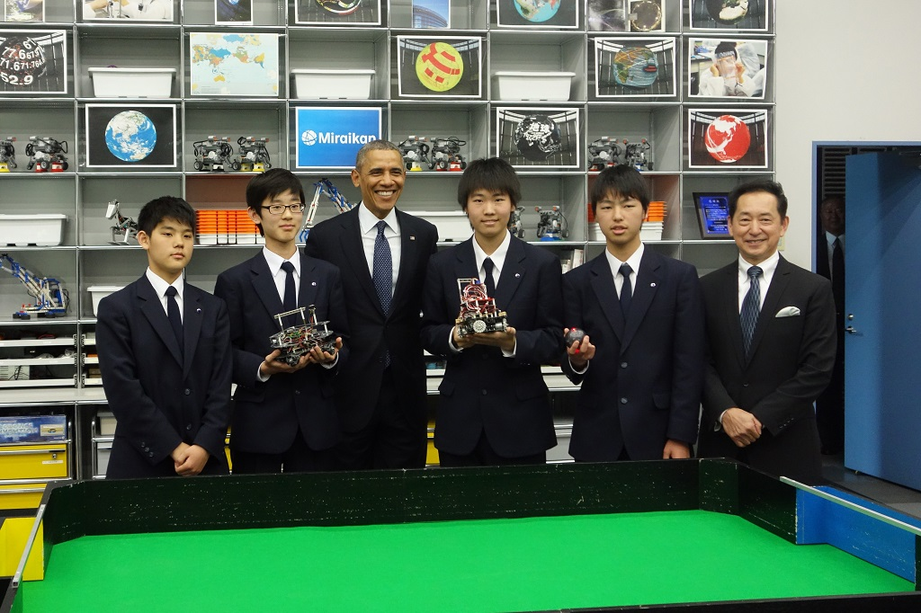 玉川学園ロボットクラブ「TRCP」の10年生がチームロボットサッカー競技で全国優勝――オバマ大統領に実演披露