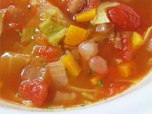 神奈川大学経営学部の学生が商品開発に携わった平塚産野菜のミネストローネが販売された