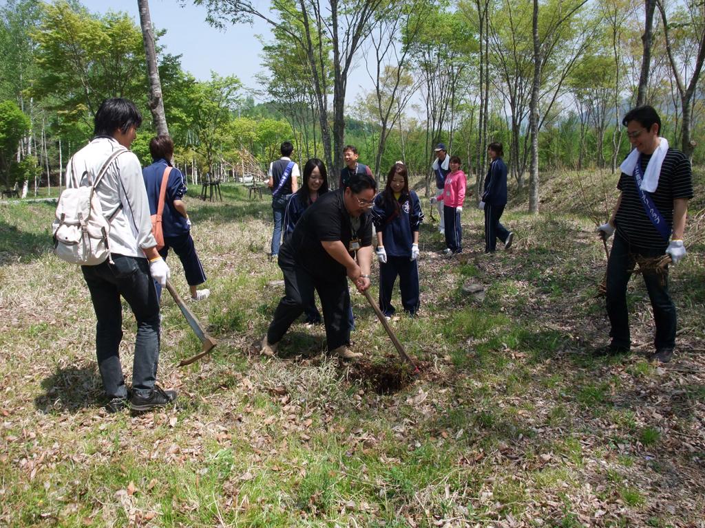 地域活動に力を入れる昭和大学1年生が、富士吉田ロータリークラブと合同で植林活動を実施