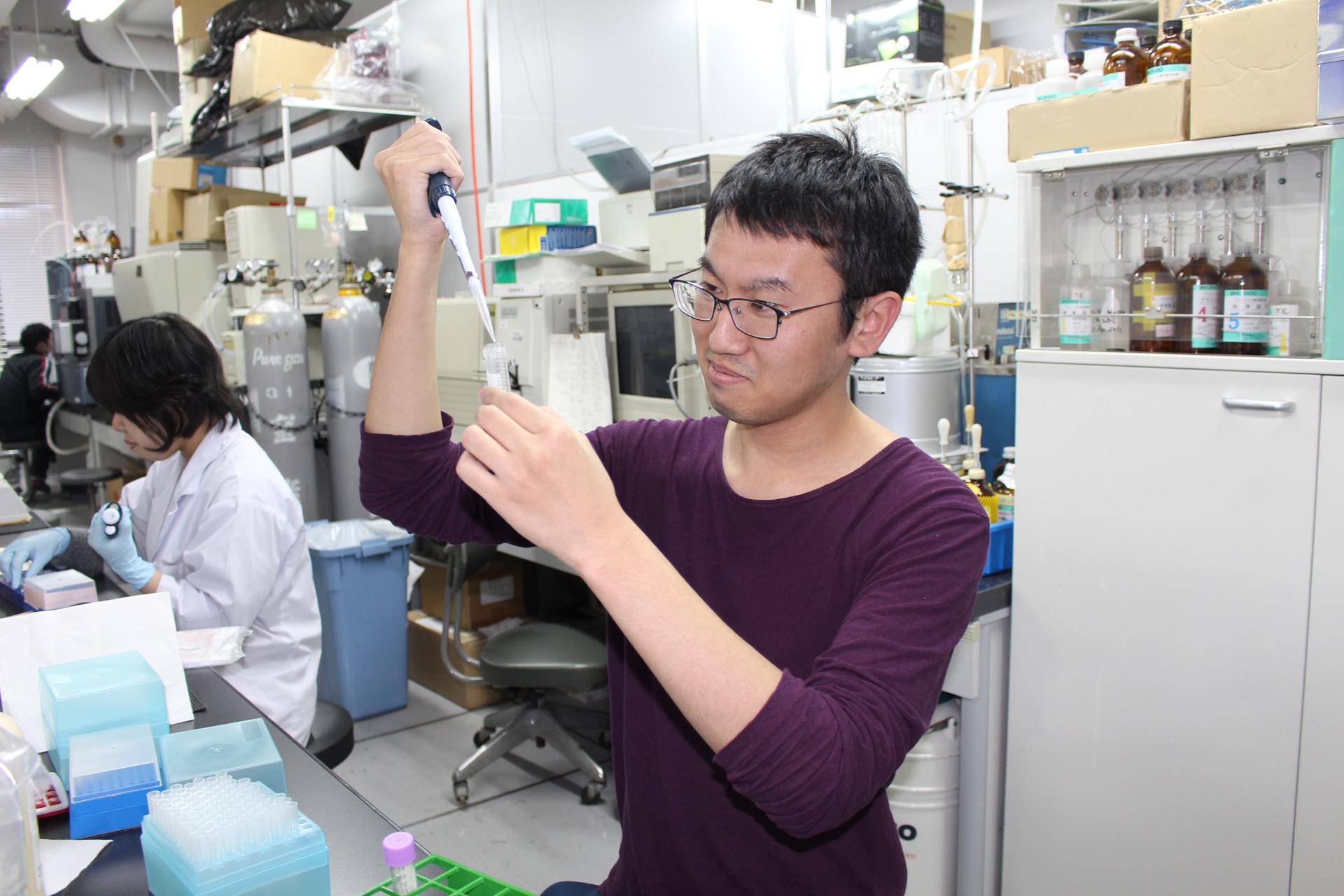 テルペン合成酵素は広く細菌に分布している――北里大学の研究グループが、休眠状態のテルペン合成酵素遺伝子の覚醒による新奇テルペン化合物を発見
