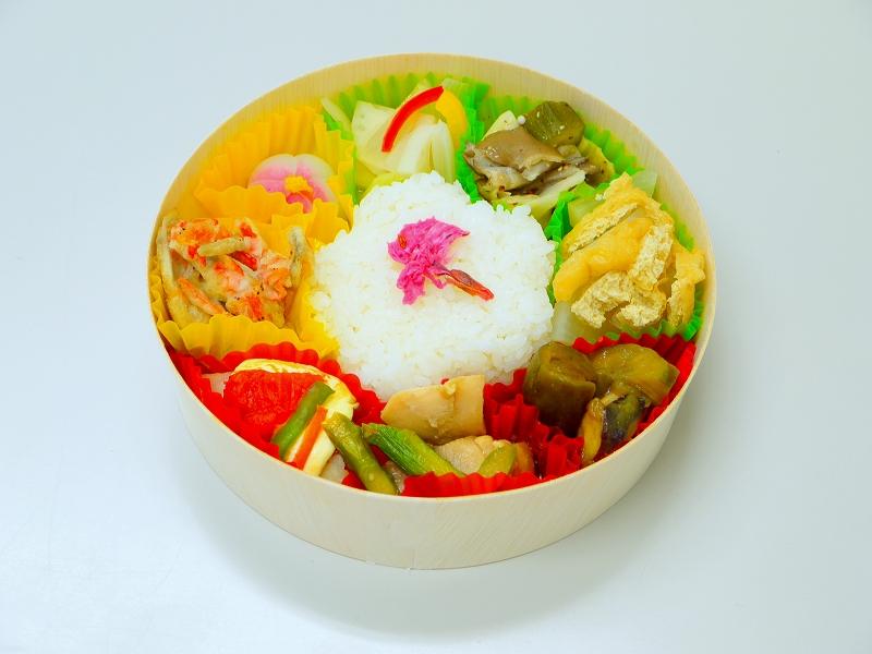 大阪国際大学短期大学部の栄養士コースの学生が、京阪百貨店の30周年記念企画・大学コラボ「春の行楽弁当」で「はなまるウオッチ弁当」を考案、3月19日から販売