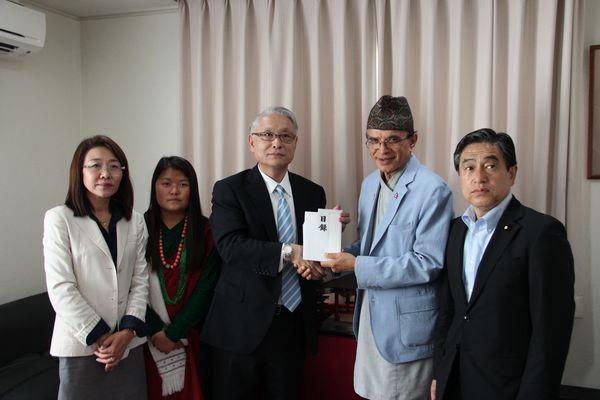 ネパール震災支援の募金活動 ネパール人留学生らが大使館に寄贈<br />~6月12日に学校関係者・ネパール人留学生ら7名がお見舞い~東日本国際大学