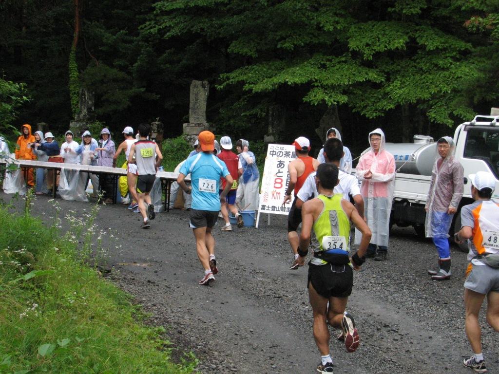 昭和大学富士吉田教育部1年生と教職員が「第62回富士登山競走」でボランティア活動を実施