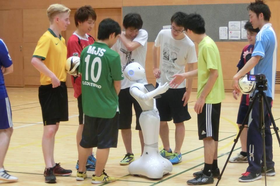 人型ロボット(ペッパー)を活用したプロジェクト型学習「G-pper Project」の成果発表上映会を7月23日、明治大学中野キャンパスで実施