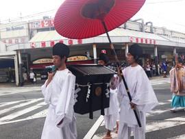 大阪学院大学の学生が吹田くわい献上行列を再現