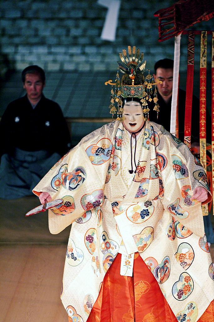 秋の夜長、幽玄の世界へいざなう薪能をキャンパス内で開催!<br /> 2009 フェニックスフェスティバル「古典芸能の夕べ」──大阪学院大学