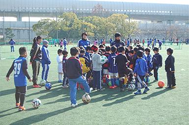 大阪国際大学が「キッズサッカー教室 withガンバ大阪」を開催