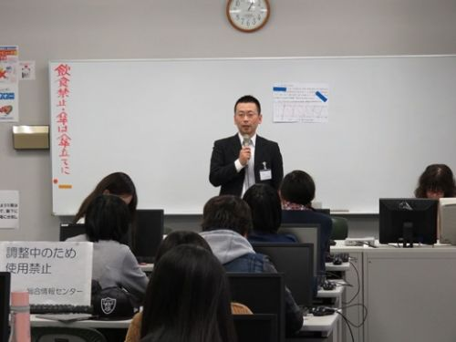 杏林大学協定校である上海外国語大学の教員が、杏林大学にて学生の語学力向上と中国理解の促進を目的に特別講義