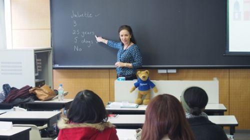 杏林大学協定校であるチチェスターカレッジの教員が、学生の語学力向上と英国文化・歴史・大学生活等の理解を促進することを目的に特別講義