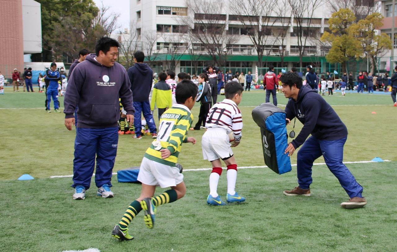 摂南大学が寝屋川市スポーツ振興連盟と共催で「寝屋川ラグビーフェスティバル」を開催----園児や児童、保護者など約1,600人が参加。