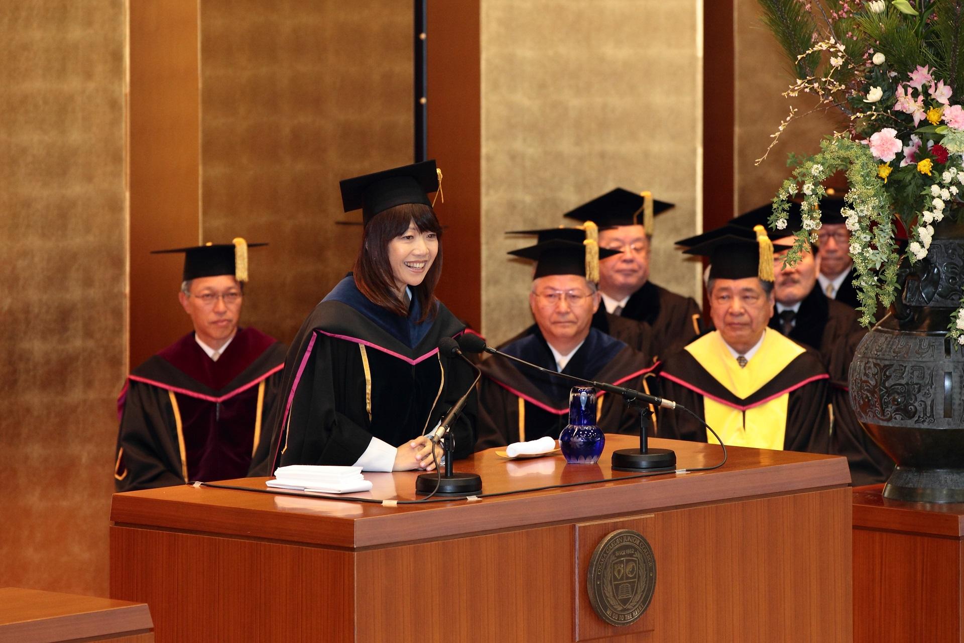 高橋尚子さんが入学式で新入生に祝辞を贈る -- 大阪学院大学