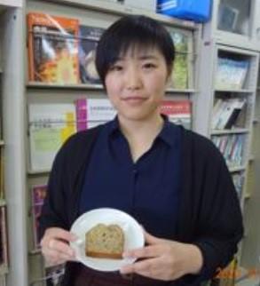 酪農学園大学の学生がレシピを考案した「アロニアライ麦パウンドケーキ」をコミュニティ・カフェで提供