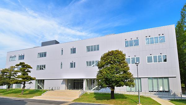 日本工業大学が応用化学科と物理教育の新たな拠点「応用化学棟」を竣工