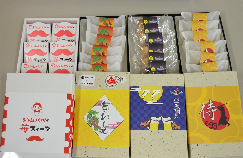 日野市の老舗「(株)紀の國屋」とのコラボレーションによる初の商品開発。経営学部の1年生が、地元食材を使用したお菓子4商品を商品化。 -- 10月26日から販売開始 --