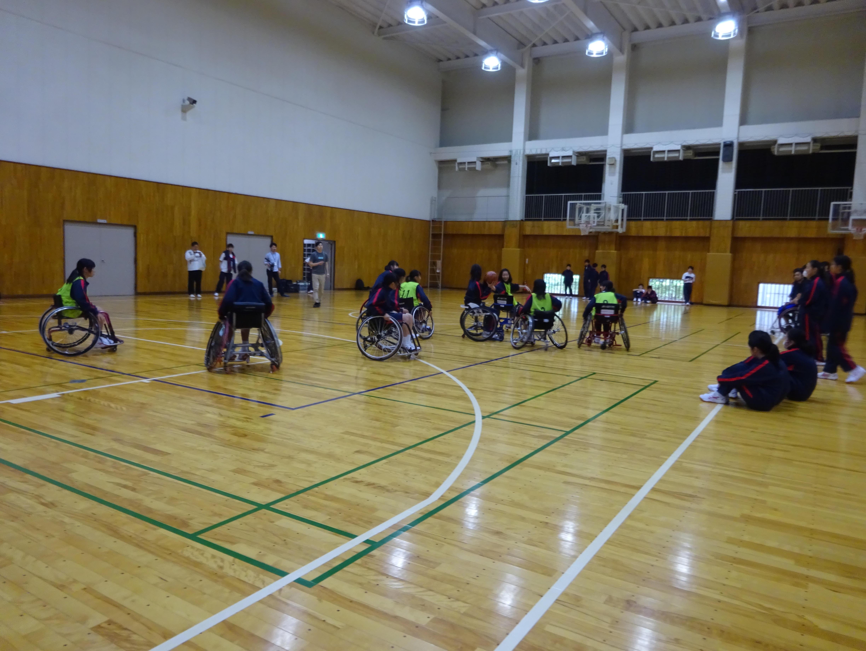 帝京大学中学校が校内の里山での「タケノコ掘り」と「車椅子バスケット体験」を実施 -- 自然や人との共生を学ぶ