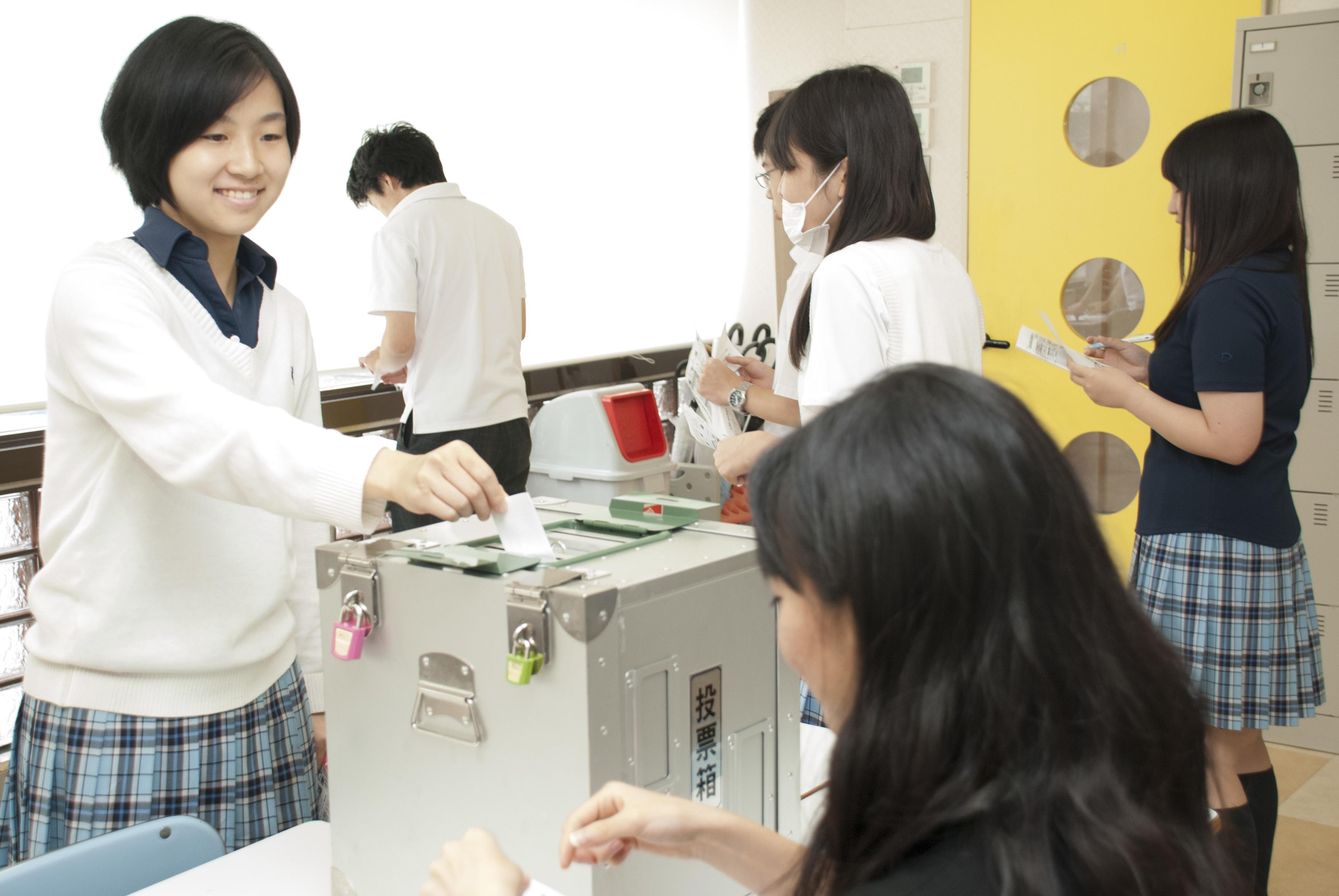 クラーク記念国際高等学校が全国のキャンパスで沖縄県知事選挙を題材にした主権者教育を実施。早稲田大学マニフェスト研究所と協力し開発したオリジナル教材を使用。