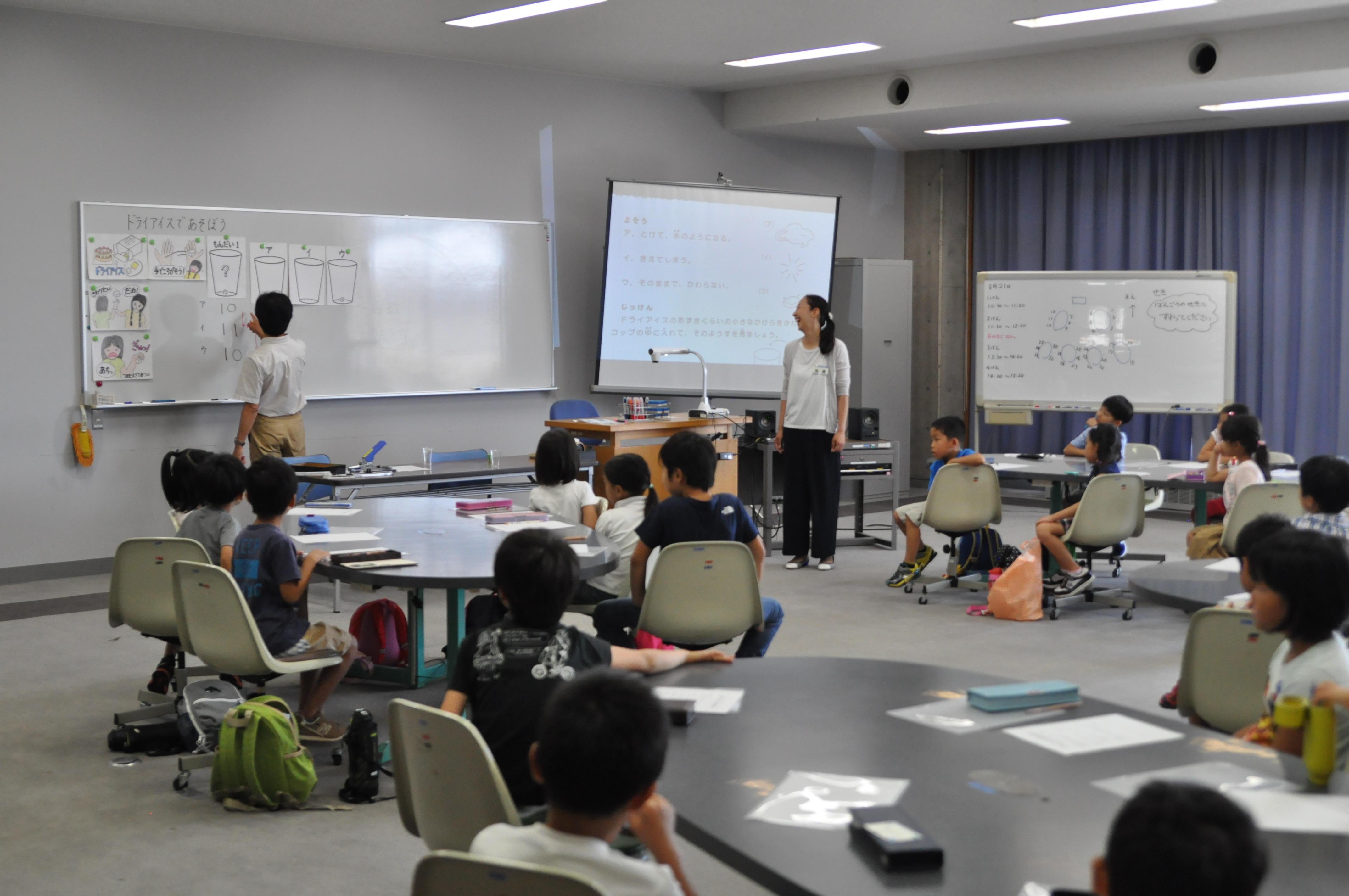 今年で25回目。小・中・高校生367名を対象に「科学実験教室」と「ものづくり教室」あわせて13講座を実施。KITサマー・サイエンス・スクールを8月21日(水)・22日(木)に開催(※2日間で1講座)