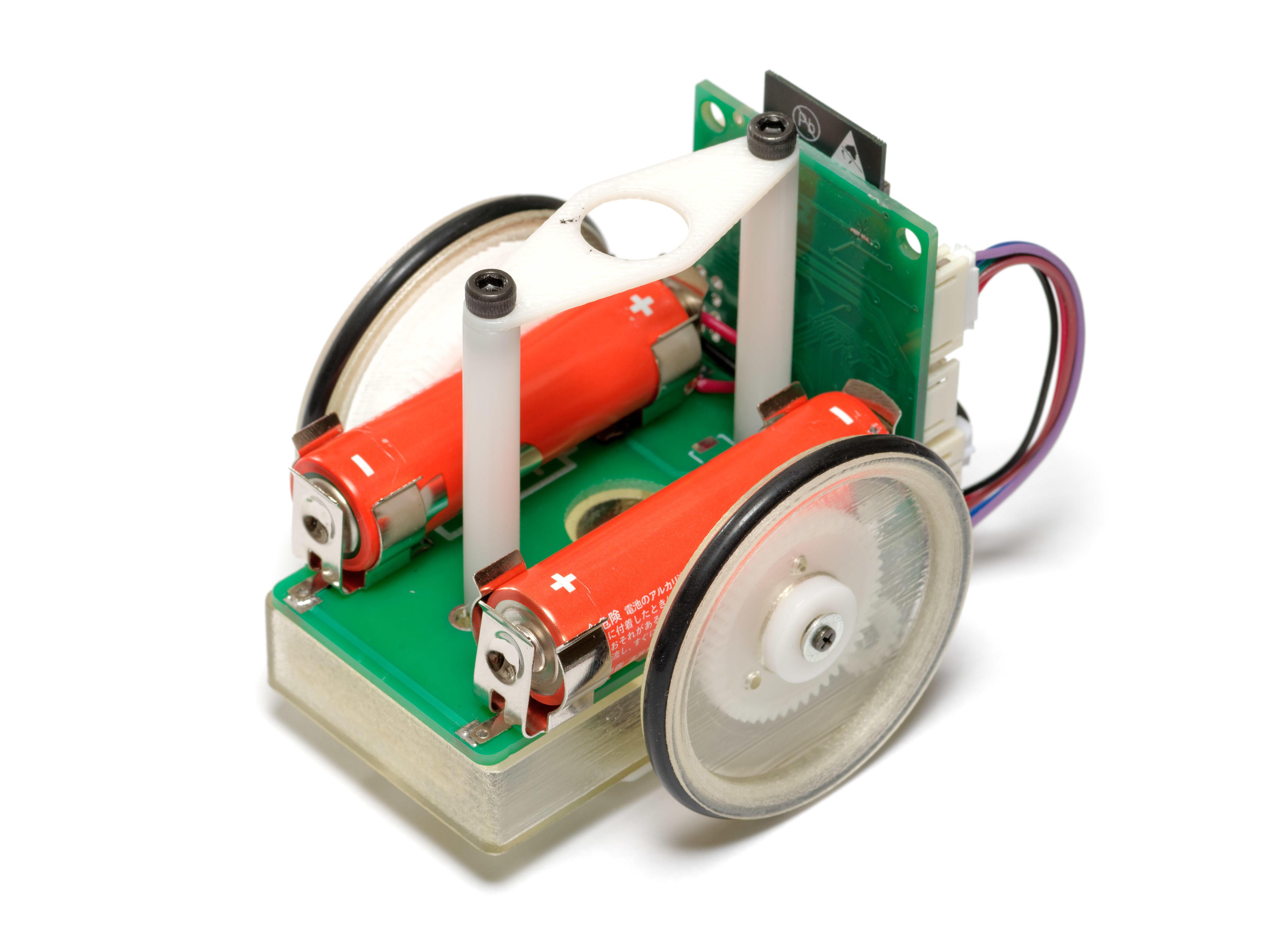 ロボット実習を通して数学を学ぶカリキュラムを導入。クラーク記念国際高等学校が「数学エリート育成塾」の浜学園グループと提携し、学校設定科目「ロボット数学I・II」を開発。
