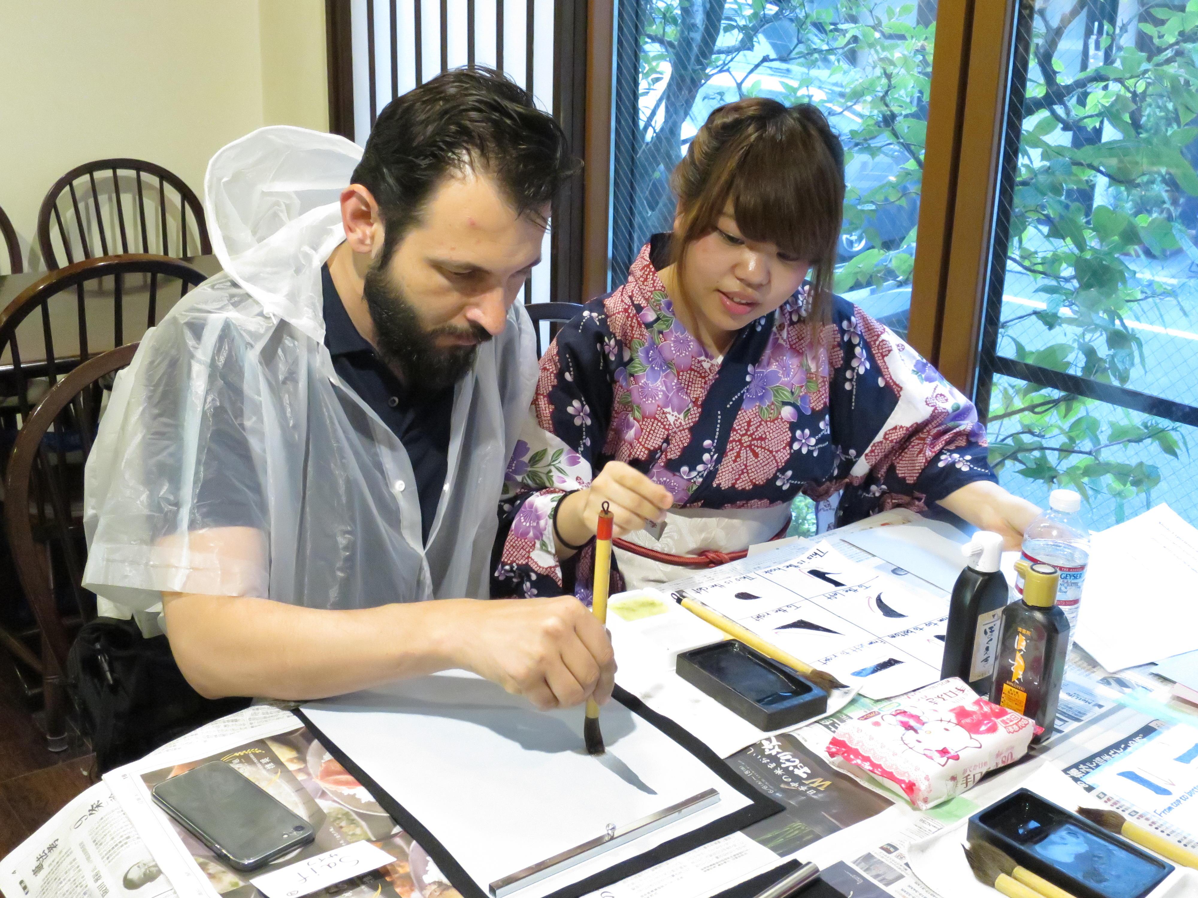 大学生が企画から実行までを推進する「プロジェクトマネジメント」教育の一環として「Shodo Experience(書道エクスペリエンス)」を開催 - 外国人観光客に「書道」をレクチャー - 10月24日、31日、11月14日、21日(水)