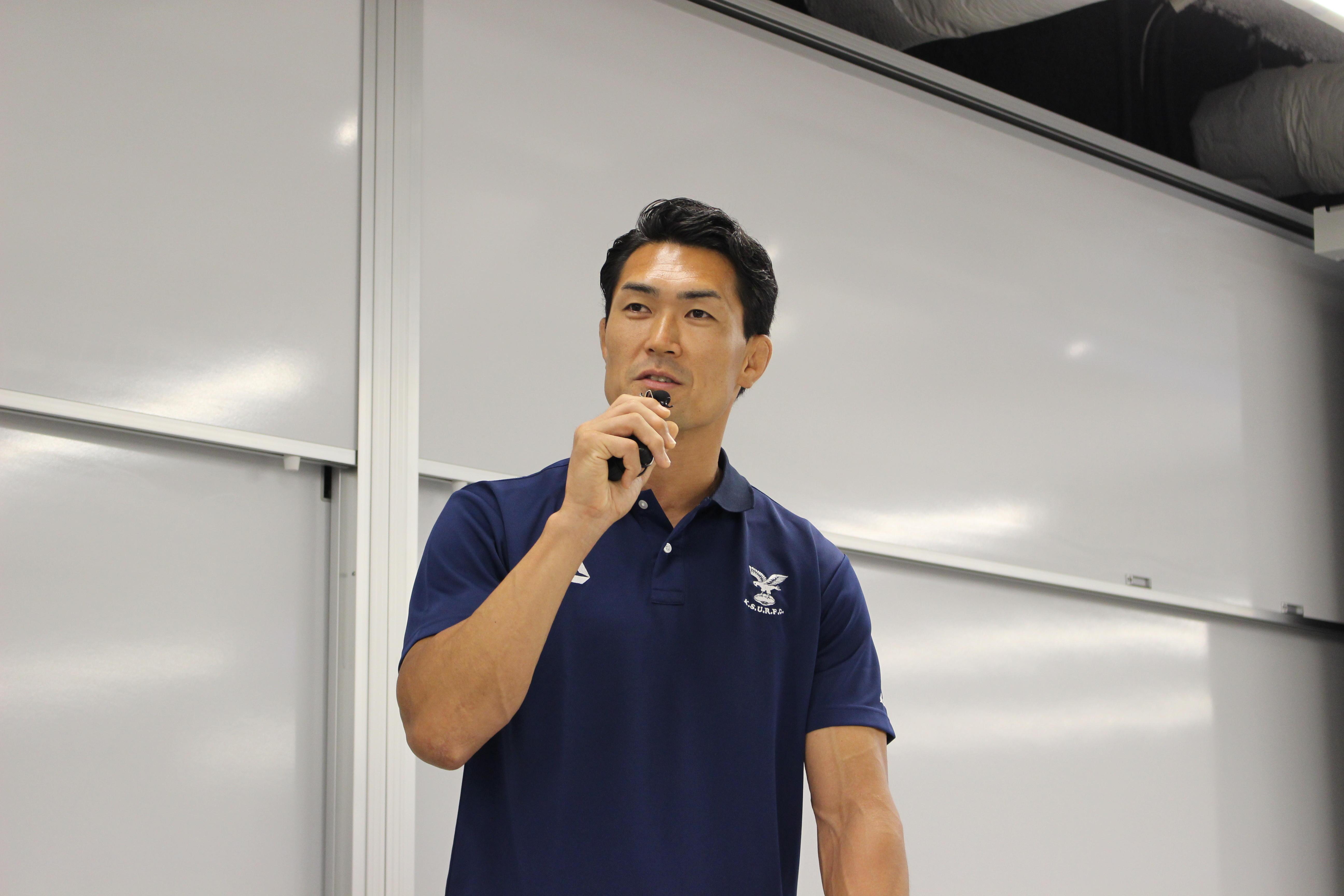 京都産業大学経営学部マネジメント学科開設記念講演会で、元ラグビー日本代表の伊藤鐘史氏がエディ・ジョーンズ前日本代表監督のマネジメント力について講演