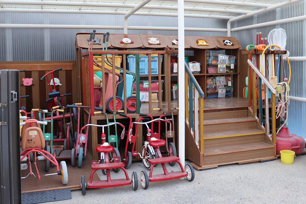 建築学科の授業で制作した廃材を使った遊具収納棚を「寝屋川市立中央幼稚園」に贈呈しました -- 大阪電気通信大学
