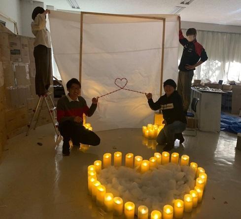 追手門学院大学の学生団体が梅田スカイビル「空中庭園」にバレンタインをテーマにしたLEDキャンドルオブジェを設置 -- 大阪都心の高層ビルで企業とコラボしイベントに参加