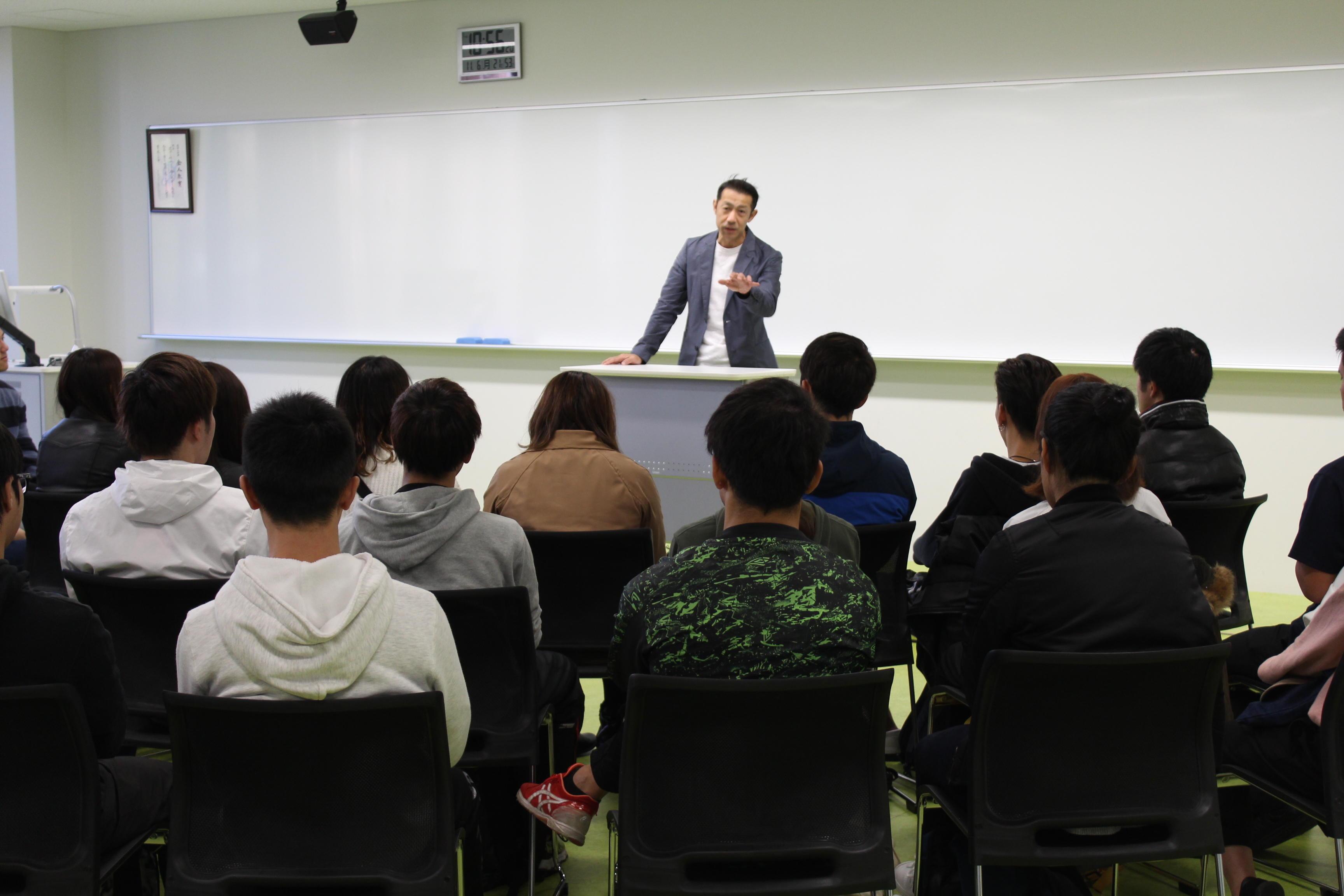 タレントの森脇健児氏を招いて「プロとして今できることを考える」をテーマに仕事へのモチベーション維持の仕方など語る講演会を11月14日に開催 -- 大阪国際大学