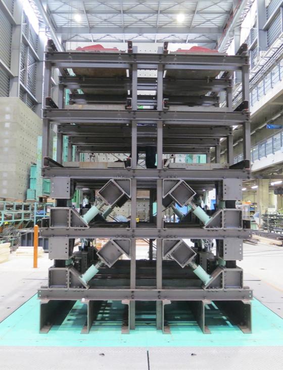 東京都市大学と東急建設の研究チームが高減衰制震構造システムの実証実験を実施 -- 免震と制震のハイブリッド構造の実用化に目途