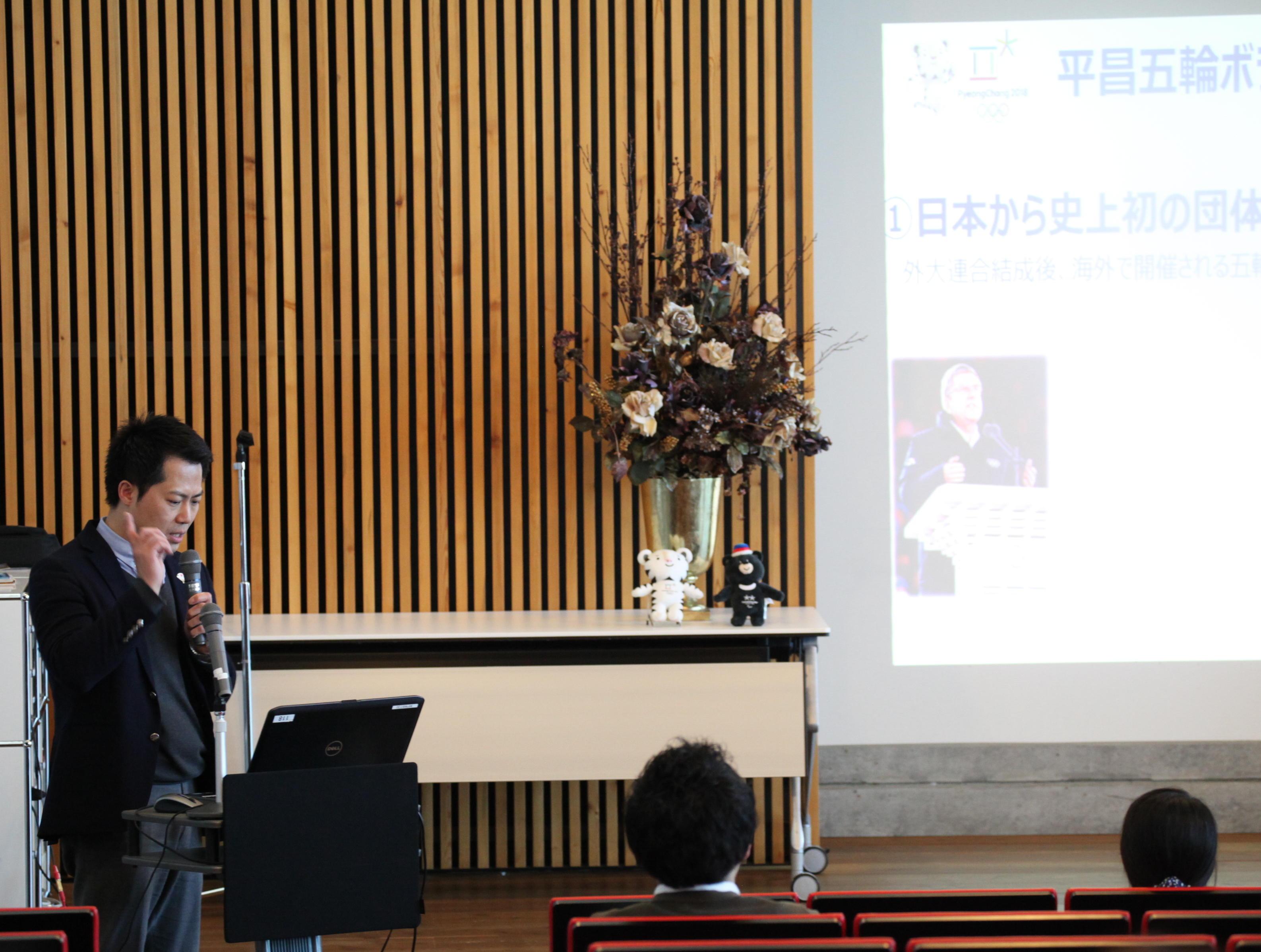 神田外語大学など全国外大連合の学生約100人が、平昌での国際競技大会の言語サービスボランティアとして参加--3月12日に平昌2018冬季オリンピック「ボランティア報告会」が開催された