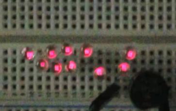 関西大学が、従来の100倍以上の発電量を有する摩擦発電機を開発。ビーコン信号の発信による位置情報やスマートフォンなどのバッテリー充電も可能!~ たった1歩でLED10個以上が点灯!靴のインソールで0.6mW/ステップの発電量 ~