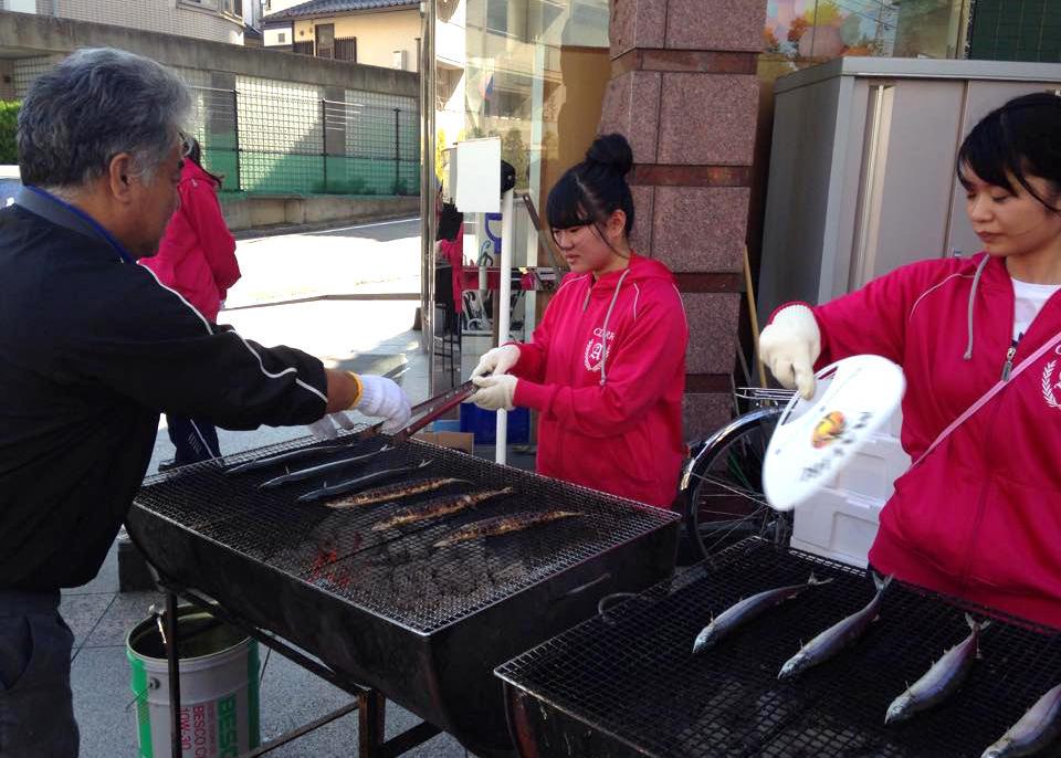 クラーク記念国際高等学校が3月11日(日)に東日本大地震の復興支援イベント「HELLO!東北」を開催。東北名物芋煮汁の無料配布や、三陸産サンマの塩焼きの募金販売などを実施