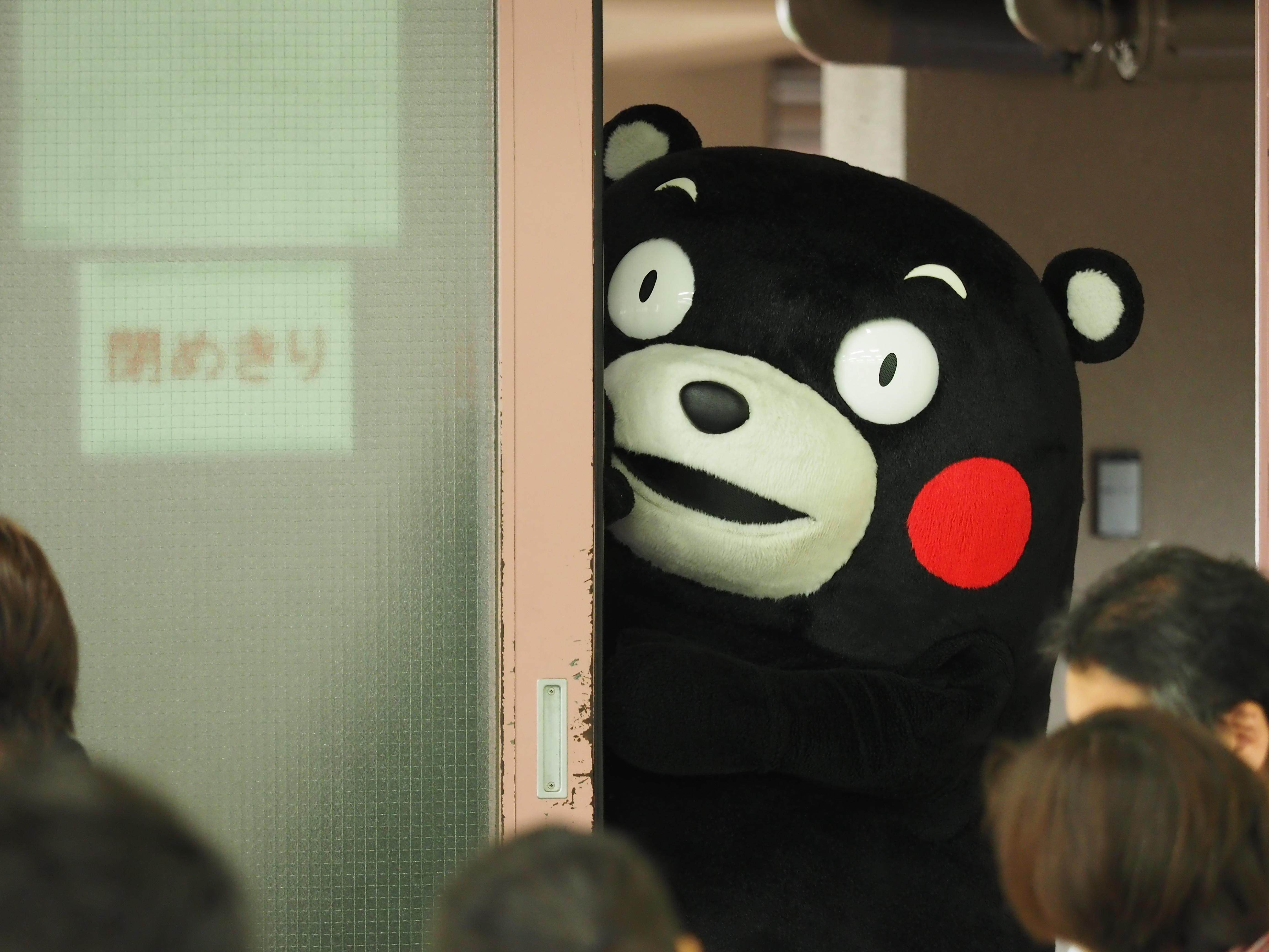 熊本県産米使用の近大マグロ丼を学生に提供 「くまモン」が2年ぶりに来校し、熊本県をPR