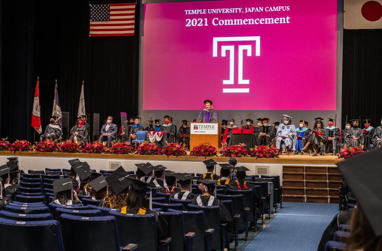 TUJが対面形式の卒業式を挙行。コロナ禍を乗り越え、世界にはばたく卒業生たち