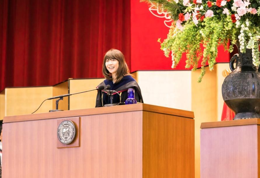 大阪学院大学の全天候型Bグラウンドが完成 -- 同大の入学式で祝辞を贈った卒業生の高橋尚子氏が試走