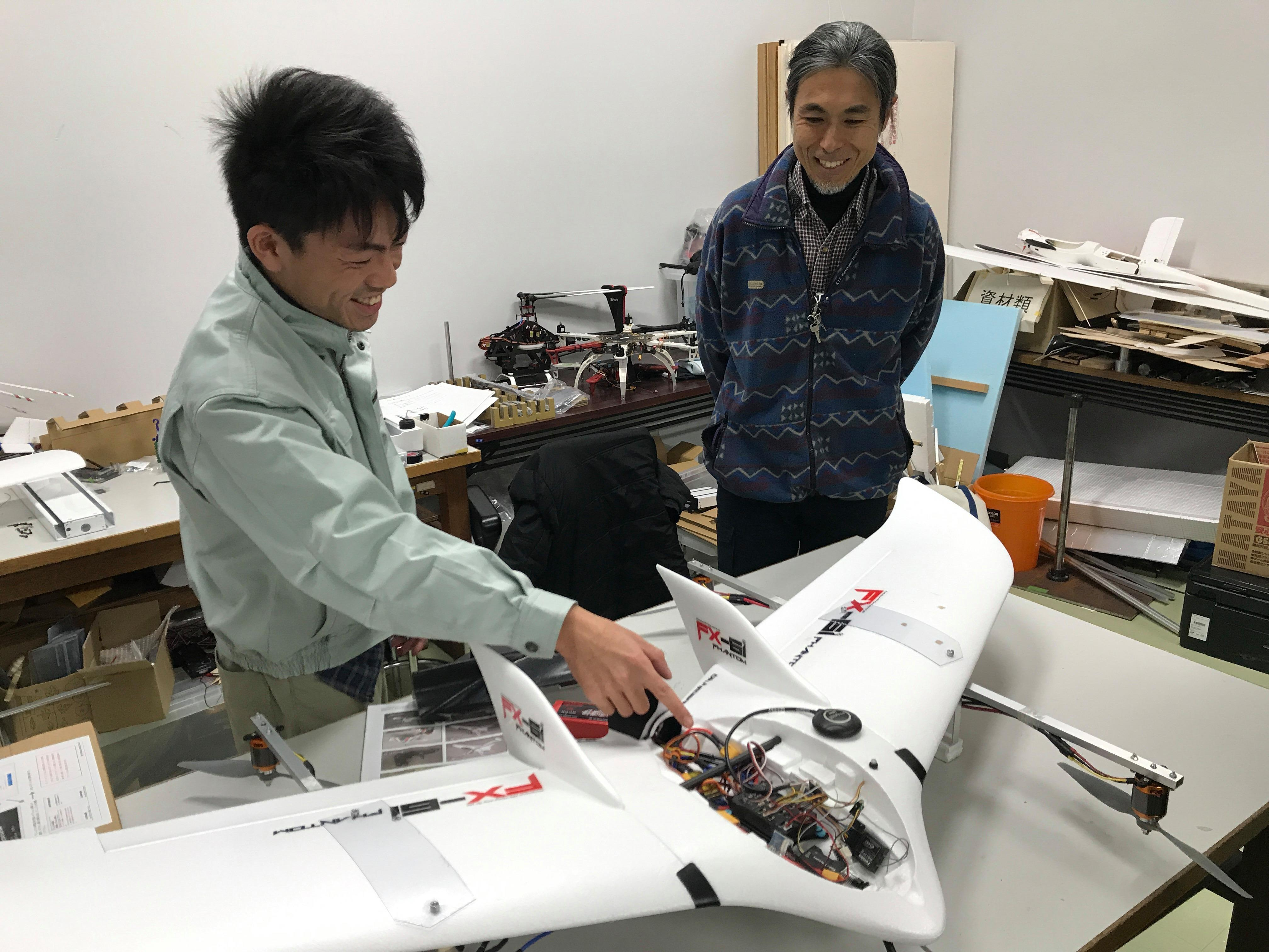 安心安全な国産ドローンで離島・山間部の小口輸送、白山麓での薬の輸送も用途で目指す。金沢工業大学航空システム工学科赤坂研究室、情報工学科中沢研究室、金沢エンジニアリングシステムズと、組込みシステム技術協会が共同で固定翼小型VTOL試作機を開発