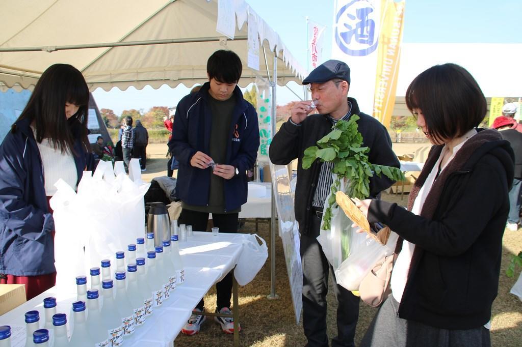寝屋川市農業まつりで学生が協働開発したお酒「初瀬姫」が完売